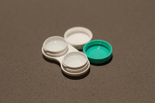 soczewki jednodniowe w pojemniczku